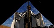 חייל מגדוד נצח יהודה בשעת תפילה 23.11.06 . צילום: אביר סולטן, פלאש 90
